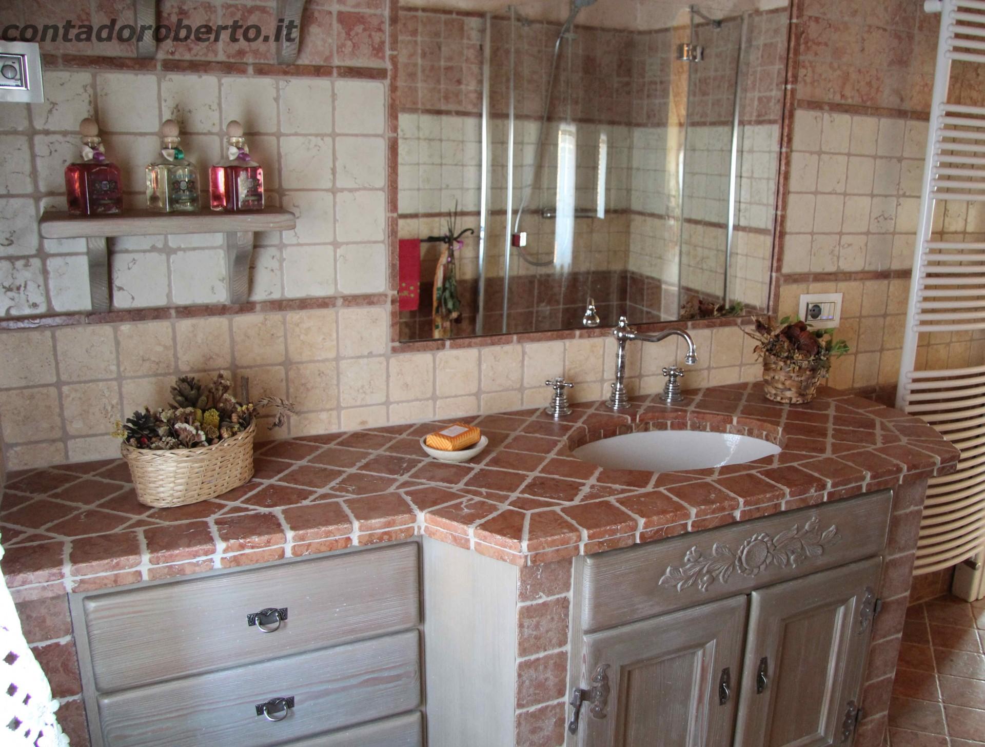 Home mobili da bagno bagno in larice con muratura rosso for Arredo bagno in muratura