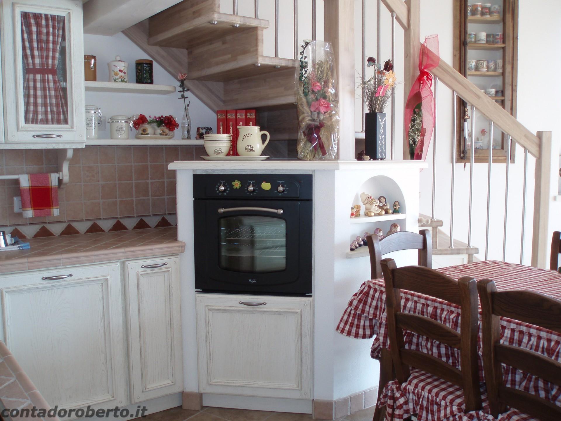 Cucina in muratura sotto soppalco contado roberto group for Pensili cucina in muratura