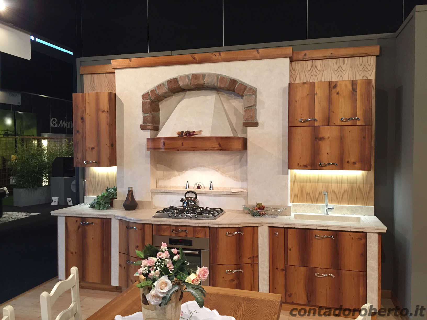 Cucina moderna in legno di larice vecchio contado - Cucina nera legno ...