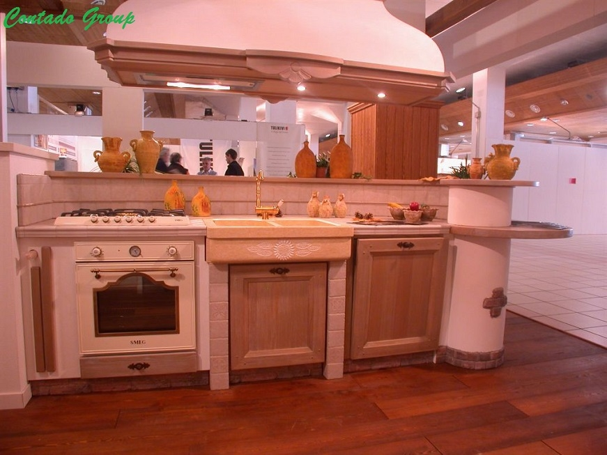 Cucina la luminosa con isola contado roberto group cucine e arredamenti su misura in legno - Piano cucina in muratura ...