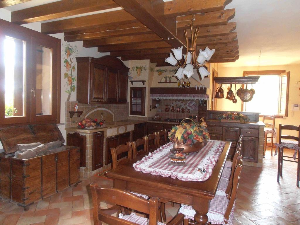 Cucina in muratura la vigna contado roberto group cucine e arredamenti su misura in legno - Cucine da taverna ...