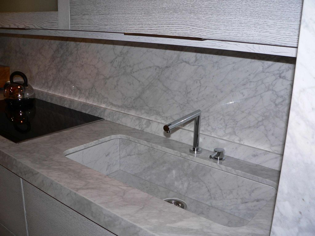 Cucina linear marmo carrara contado roberto group - Pianali per cucine ...