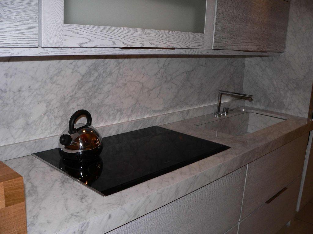 Cucina linear marmo carrara contado roberto group - Top in marmo per cucine ...