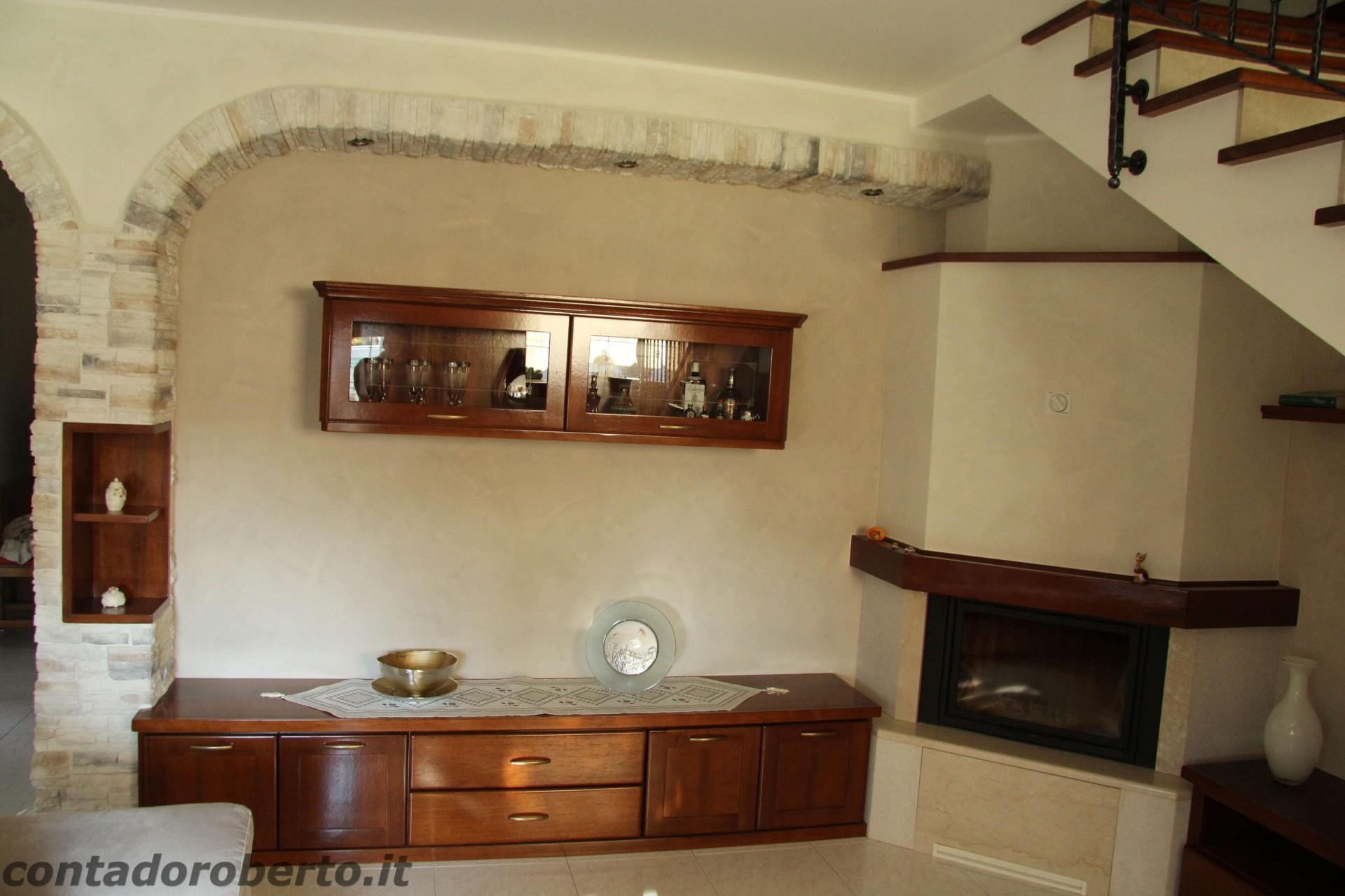 Soggiorno in legno con camino contado roberto group - Cucine con soggiorno ...