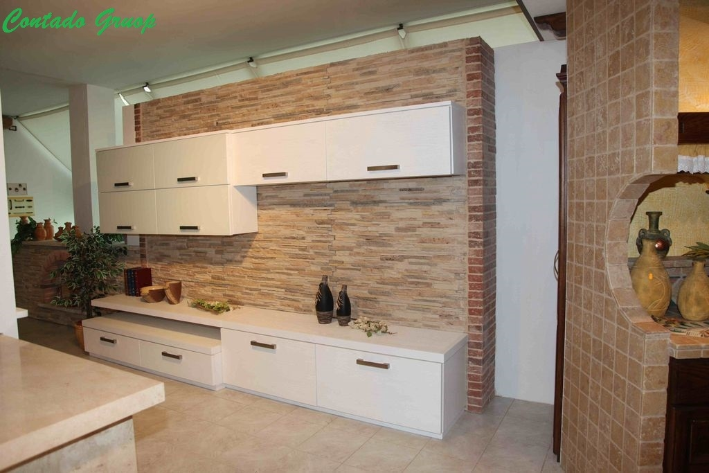 Soggiorno moderno con pietra ricostruita contado roberto for Arredamento soggiorno moderno in legno
