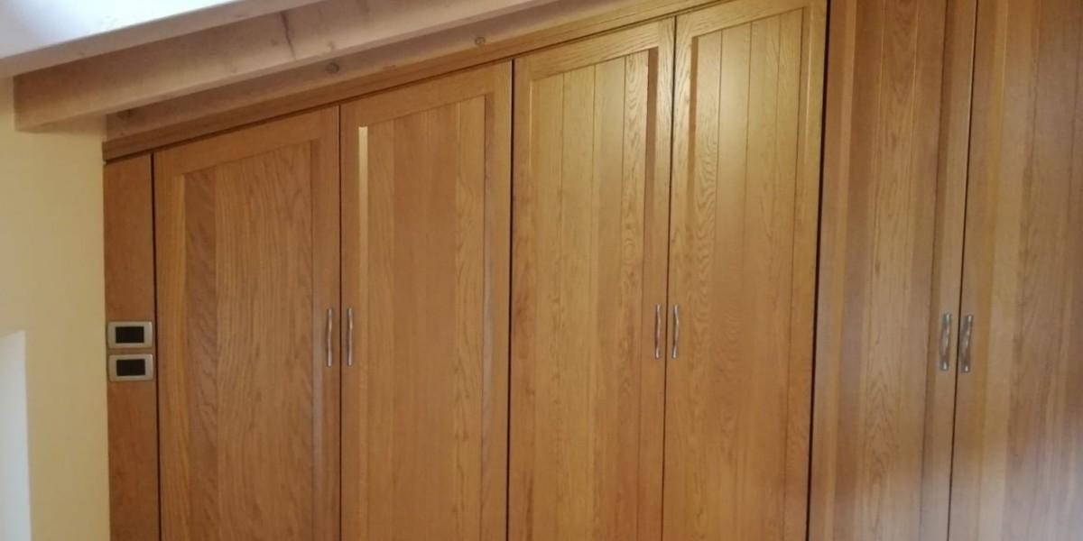 armadio-sottotetto-mansarda-in-legno-chiaro-contado-roberto-group-affi.jpg