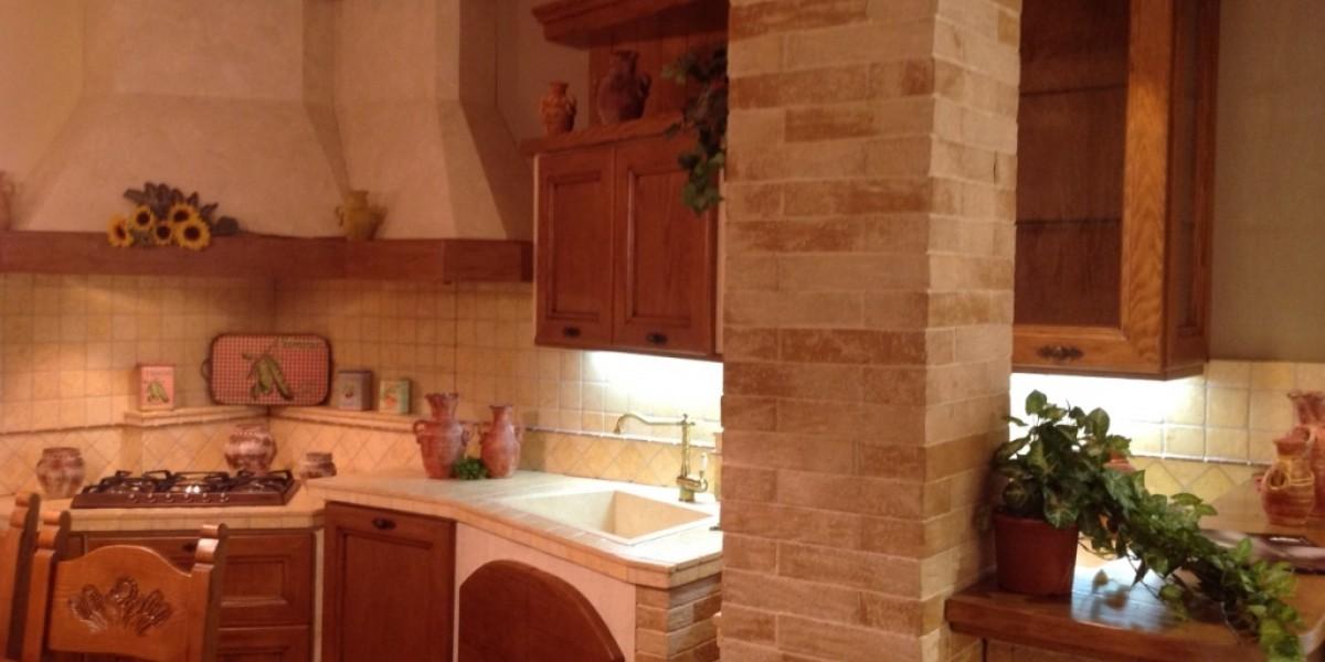 cucina_in_muratura_in_legno_massello_di_pino.jpg